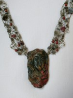 שרשרת אבן פיקאסו ג'ספר מפוסלת בצורת אשה עם זאב - נמכר