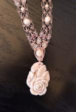 ענק אבן חן מפוסל בצורת פרח עם חרוזי אבני חן