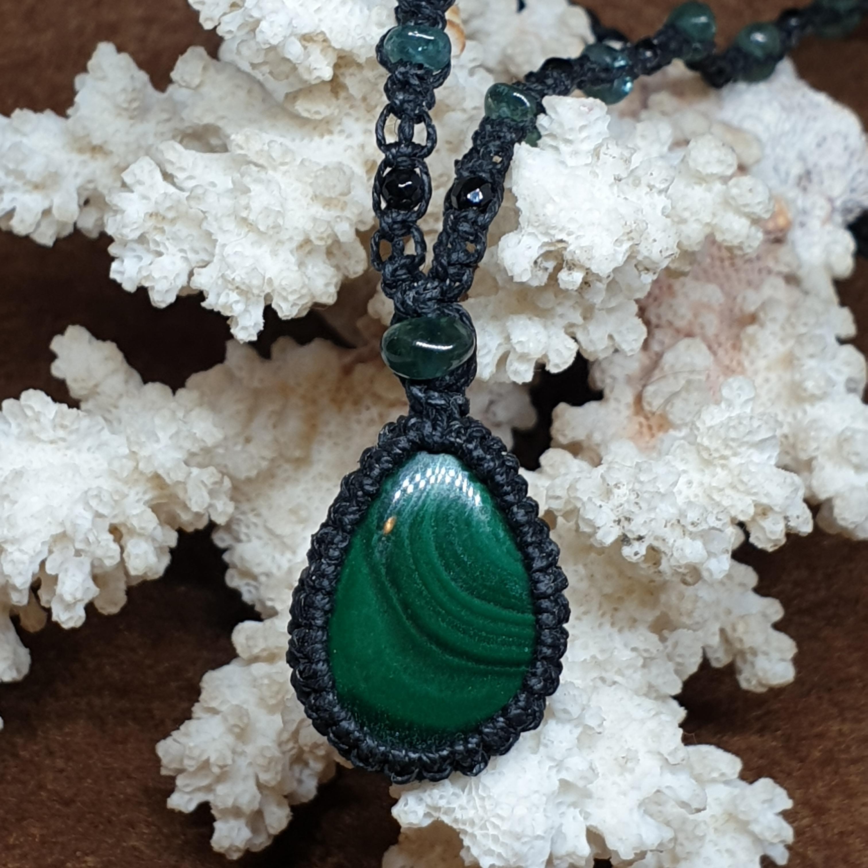 שרשרת מקרמה אבן ירוקה מלכית